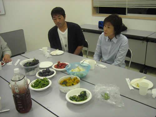 季節の野菜を食べながら歓談