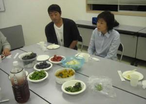 写真:季節の野菜を食べながら歓談